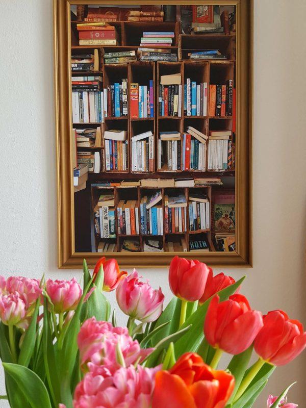 Bücherregal gerahmt